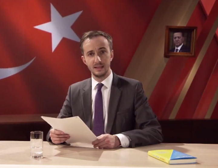 Böhmermann leest zijn gedicht over Erdogan voor. Still video Bild.de