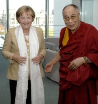 Merkel en de Dalai Lama in september 2007 in Berlijn. Afb.: dpa/picture-alliance